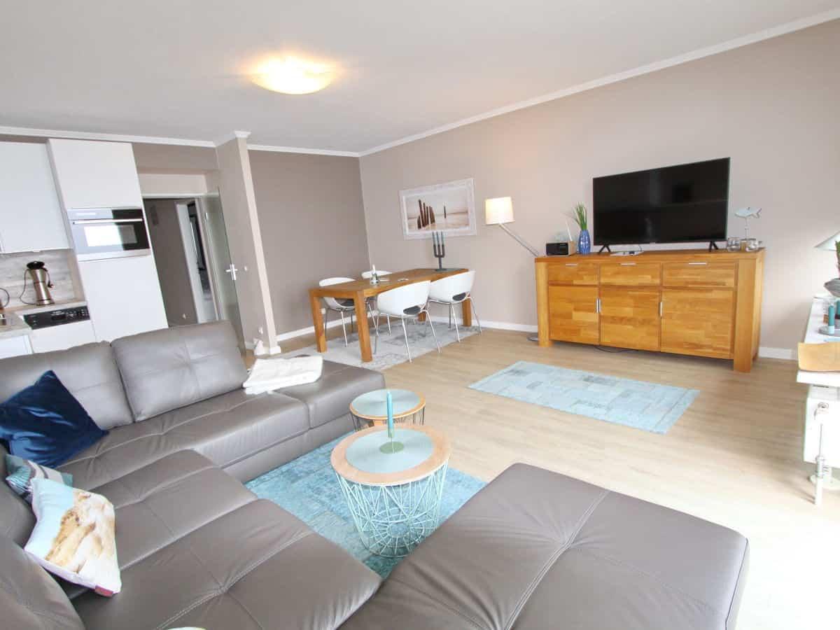 Das große Wohnzimmer hat einen herrlichen Panoramablick auf die Ostsee. Die Essecke bietet 4 Personen Platz.