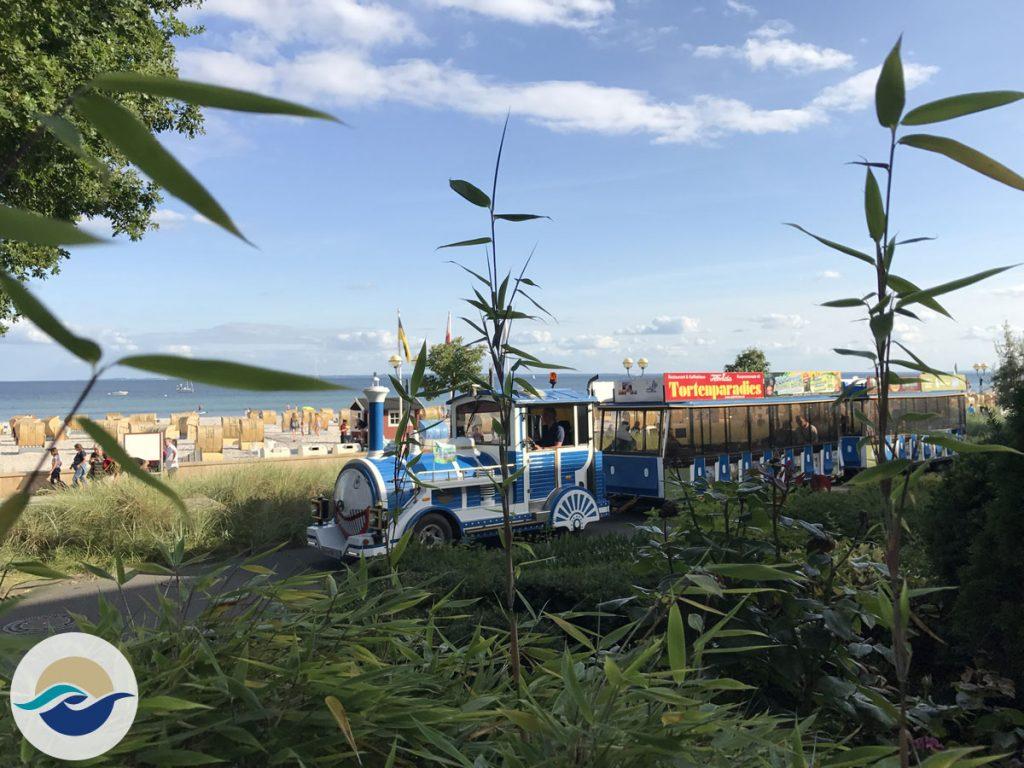 Die Strandeisenbahn 'Rasender Benno' startet direkt an der Seebrücke und führt Rundfahrten durch Grömitz durch.