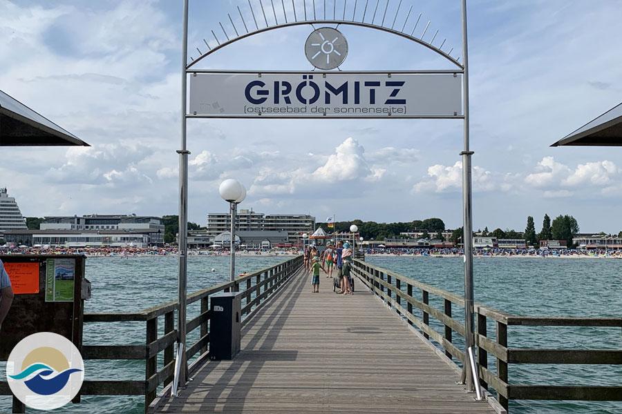 Alle Gäste, die lieber über Wasser bleiben, nehmen die Kapitäne von der Seebrücke aus mit auf die Reise. Das Bäderschiff 'Seelöwe' bringt dich nach Boltenhagen, Wismar oder Travemünde.