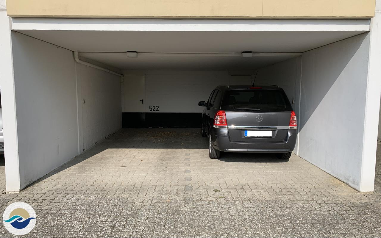 Ein überdachter PKW Stellplatz steht Ihnen direkt am Haus zur Verfügung (linke Seite).