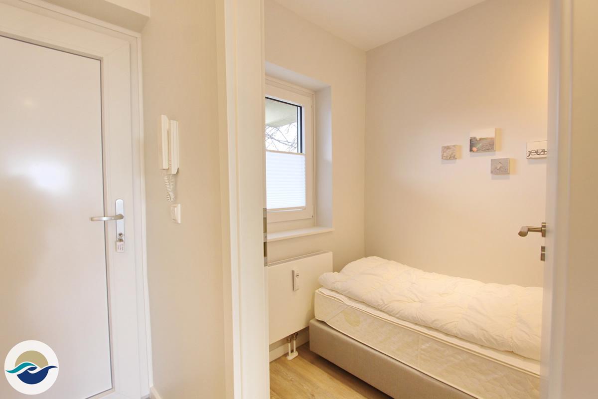 Das zweite Schlafzimmer ist auch mit einem Boxspringbett (90 x 200 cm) und einem Kleiderschrank ausgestattet.