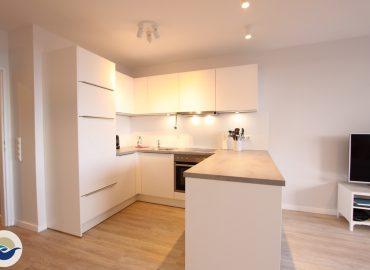 Die neue Einbauküche mit Geschirrspüler und Waschmaschine ist in das Wohnzimmer integriert und mit hochwertigem (WMF, Zwilling, Maxwell Williams etc.) Inventar versehen.