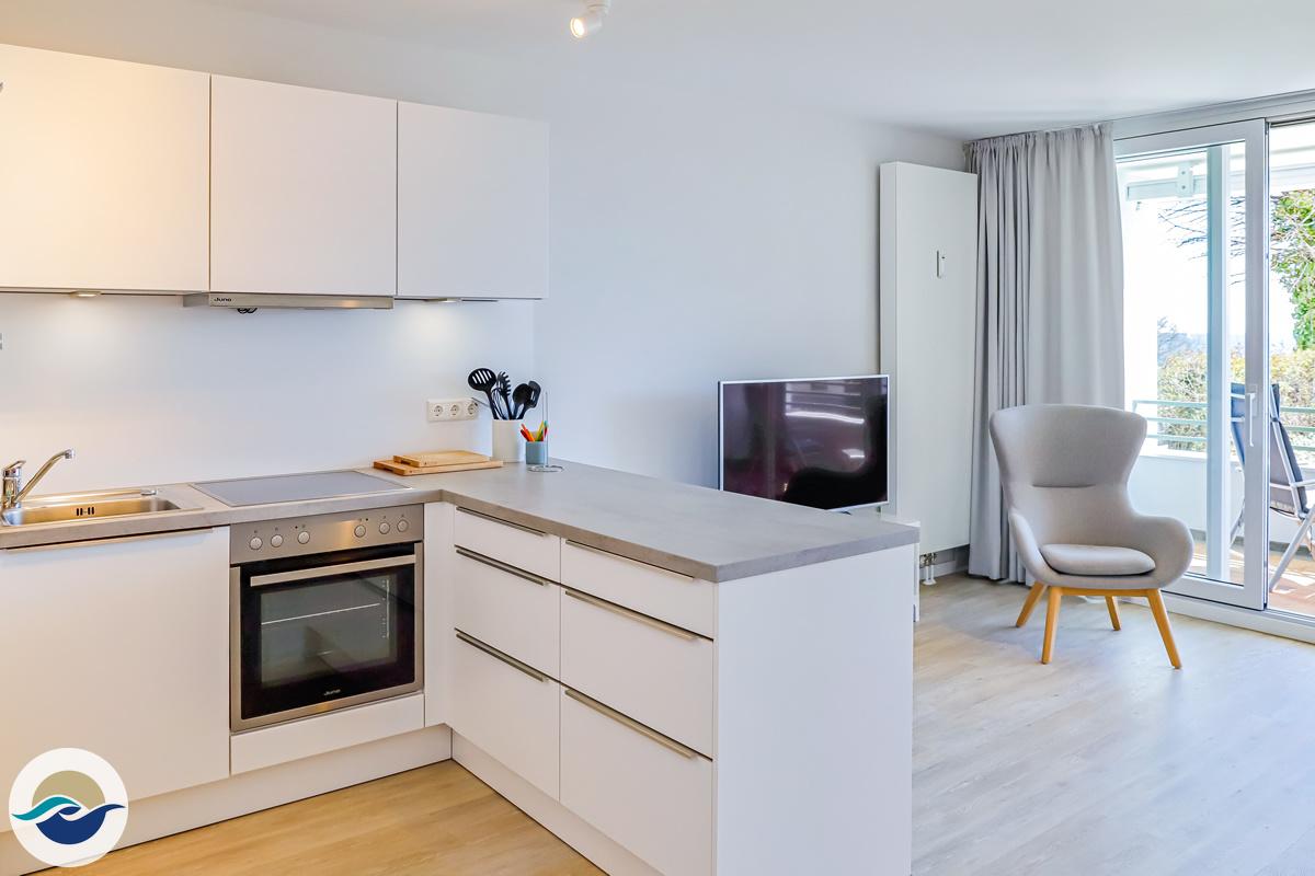 Das Wohnzimmer verfügt über einen Flachbild-TV, ein Blu-ray Player und eine Stereoanlage.