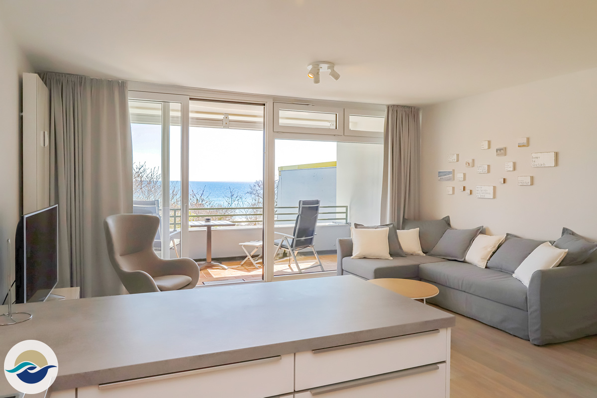 Das großzügige Wohnzimmer verfügt über eine Schlafcouch mit Sessel, sowie einen phantastischen Blick auf die Ostsee.
